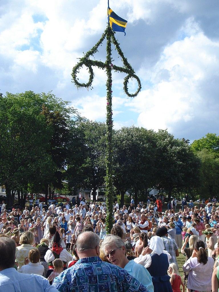 北欧の夏の訪れを祝う夏至祭り