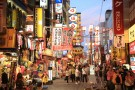 入住美食圣地道顿堀附近酒店,可选择品尝大阪难波地区的传统美食——大阪烧,及选择搭乘夜间游轮欣赏大阪夜景等项目。